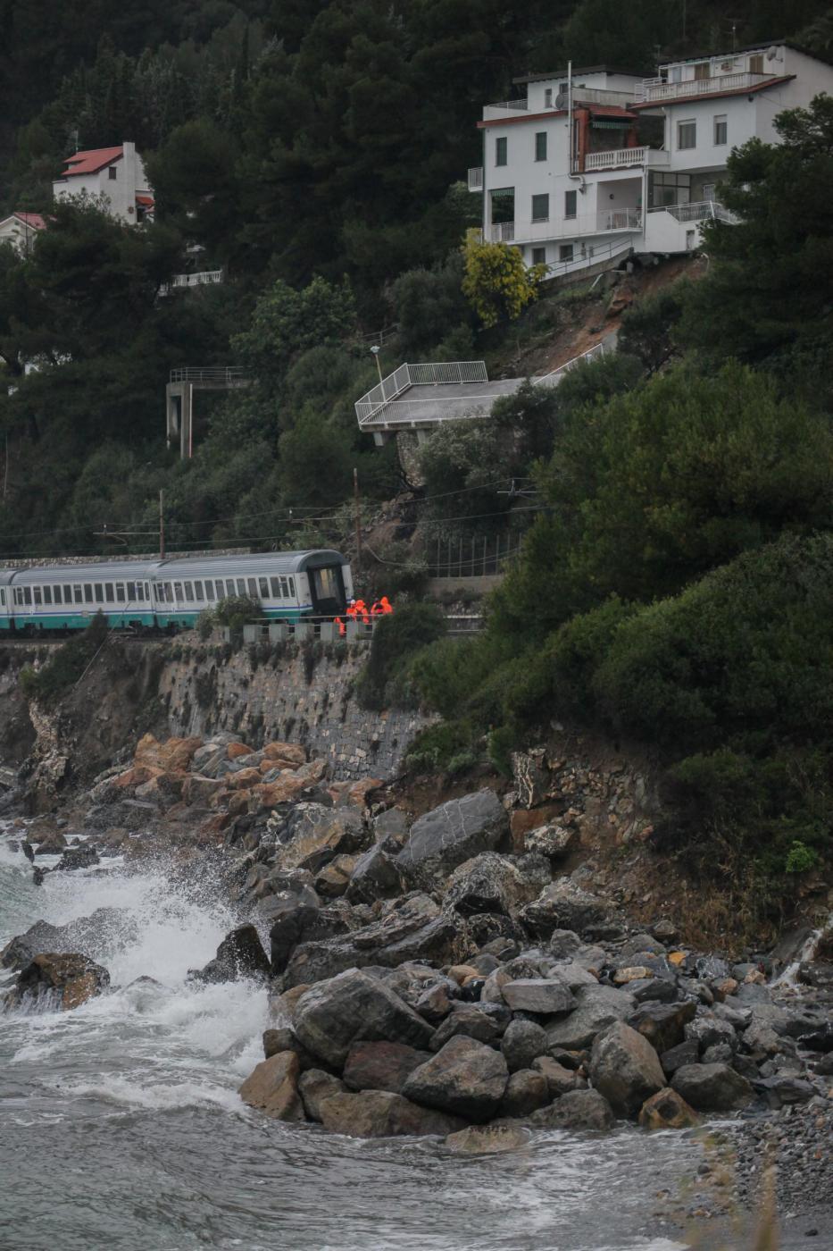 Maltempo Liguria Treno Deraglia Causa Frana Fra Cervo E