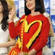 Katy Perry in Giappone veste Moschino01