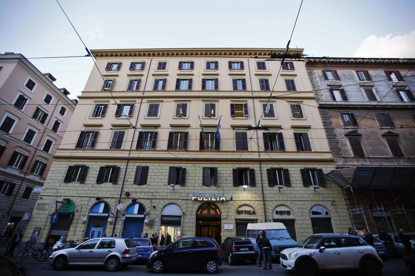 Arrestato per stupro si butta dalla finestra del commissariato e muore blitz quotidiano - Si butta dalla finestra milano ...