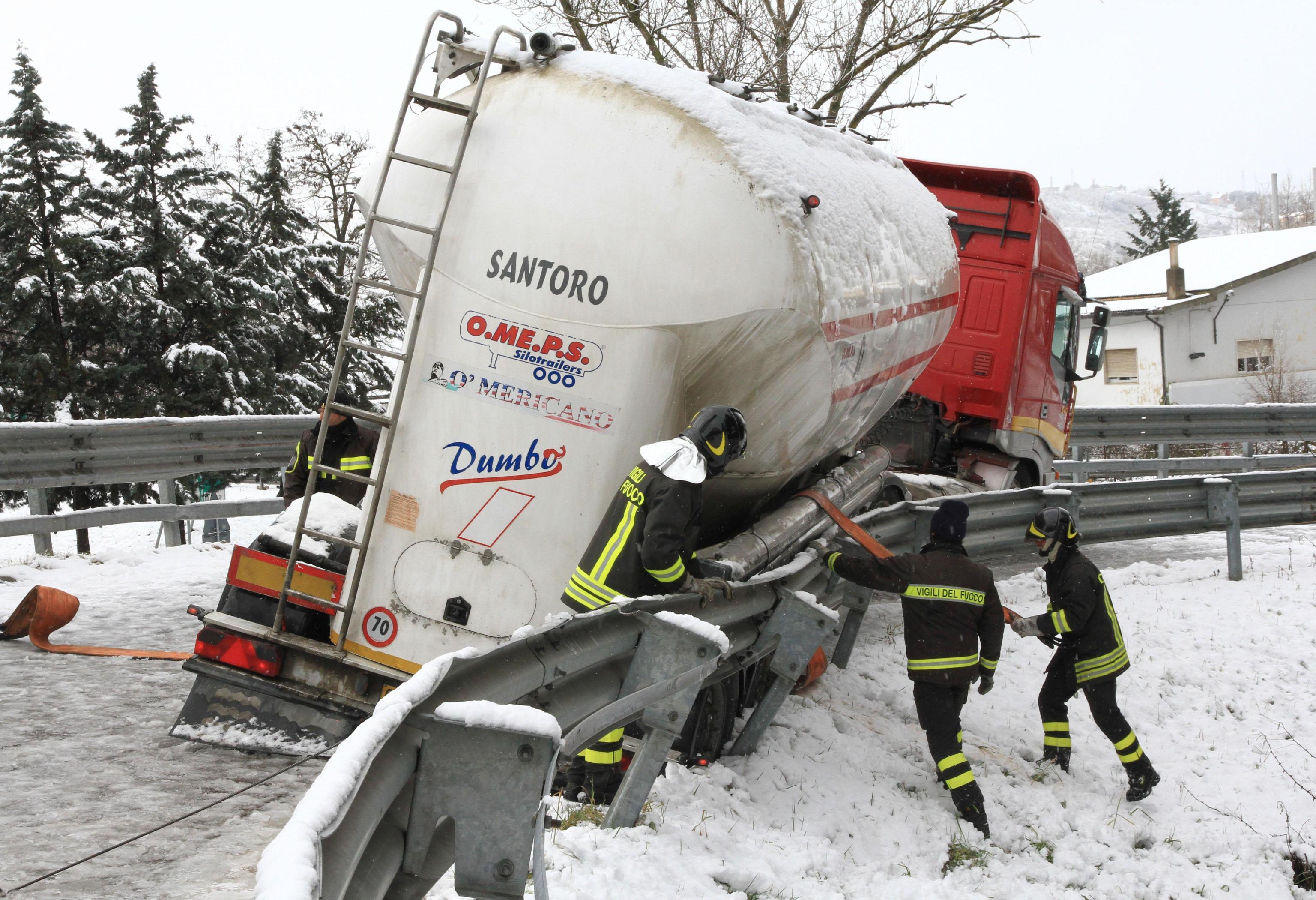 Maltempo basilicata autocisterna sbanda per neve a potenza10 blitz quotidiano - Finestre pensione 2015 ...