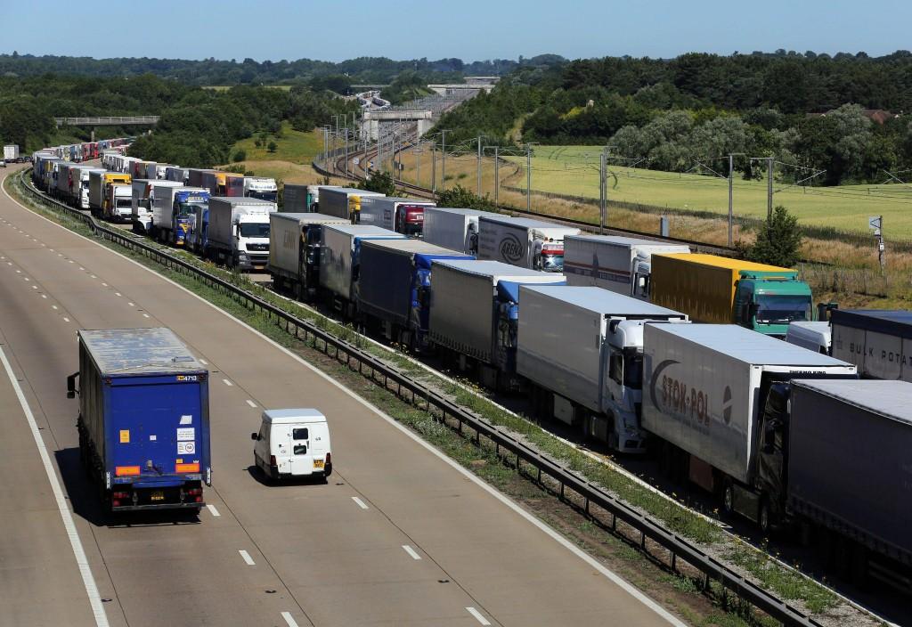 Calais 150 migranti cercano di entrare in gran bretagna dall 39 eurotunnel blitz quotidiano - Finestre pensione 2015 ...