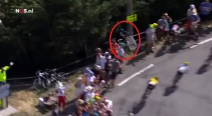 VIDEO YouTube - Tour de France 2015, Geraint Thomas contro guardrail e...