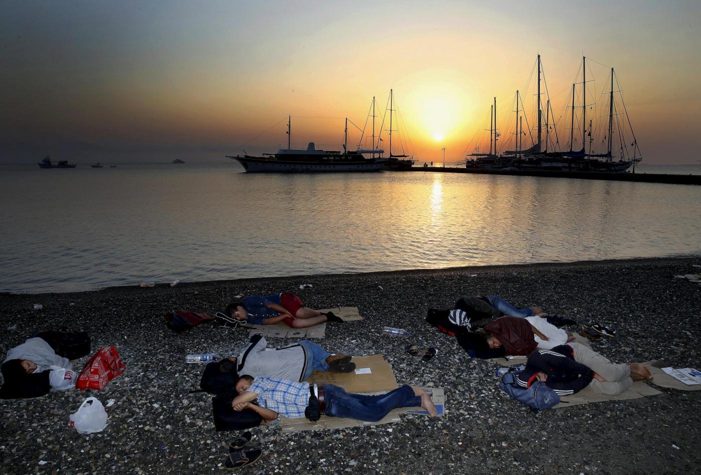Kos grecia migranti arrivano sulle spiagge dei turisti che prendono il sole3 blitz quotidiano - Finestre pensione 2015 ...