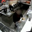 VIDEO YOUTUBE: ordinano birra, bevono, poi rapinano il bar