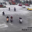 YOUTUBE Cina, camion travolge tre ragazze in scooter: illese