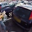 VIDEO Ciclista furioso contro donna in auto ma i commenti... 5