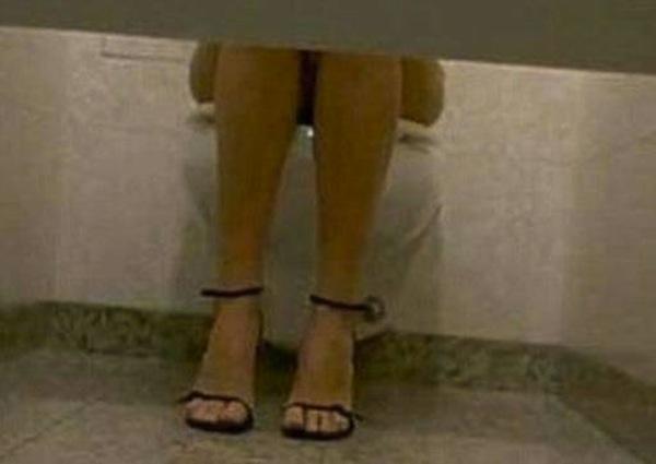 Spiate in bagno ufficio 4 dipendenti risarcite ma - Ragazze al bagno ...