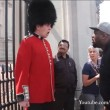 Buckingham Palace: schiaffo a guardia11
