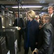 YOUTUBE Hillary Clinton in metro non sa come timbrare 5