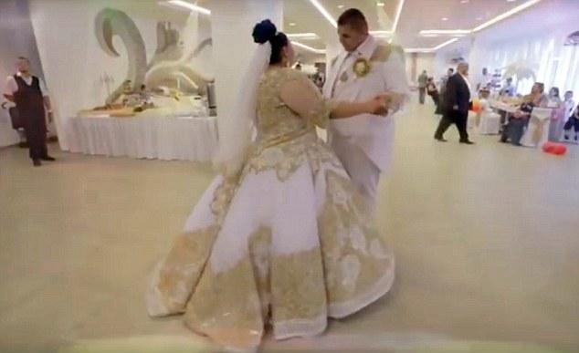 Matrimonio Gipsy Italia : Matrimonio rom dura giorni sposa con abito da mila