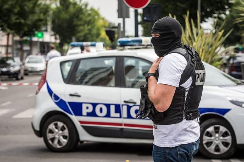 Police search in Agenteuil