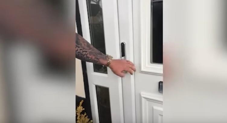 Ecco come entrare in una casa utilizzando un coltello - Entrare in una porta ...