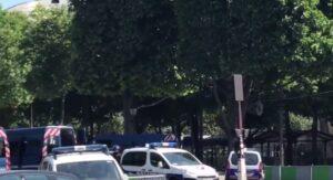 Champs-Elysées |  auto contro furgone della polizia  Torna la paura a Parigi
