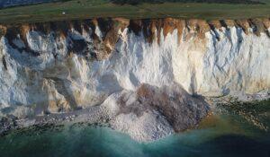 YOUTUBE Cinquantamila tonnellate di roccia crollano in mare: bagnanti riprendono la scena