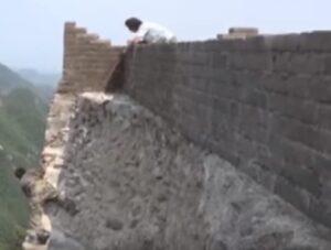 YOUTUBE Grande Muraglia, ecco come vengono riparati pezzi di muro che si sgretolano