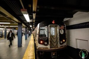 New York, terrore in metropolitana: treno deraglia e black out