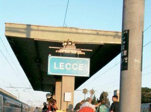 Puglia, scontro frontale tra due treni in Salento: almeno 10 feriti