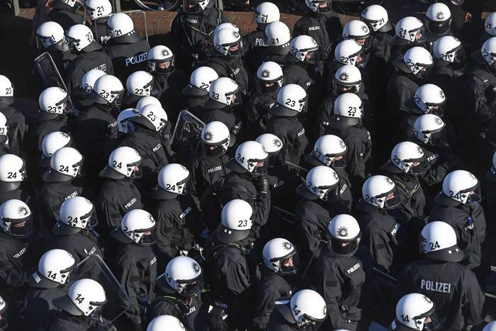 Polizia tedesca al corteo ad amburgo blitz quotidiano - Agenzie immobiliari ad amburgo ...