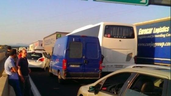 Incendio alle porte di Roma, autostrade bloccate