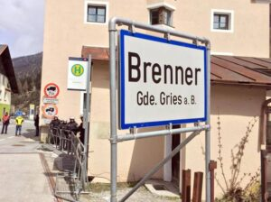 """Migranti, Austria fa dietrofront: """"Niente esercito al confine del Brennero, per ora"""""""