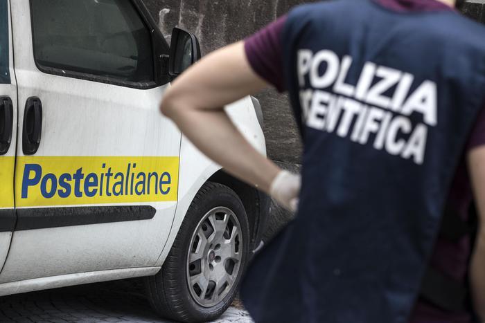 Pordenone, postina travolta dall'auto di servizio: muore alla fine del turno