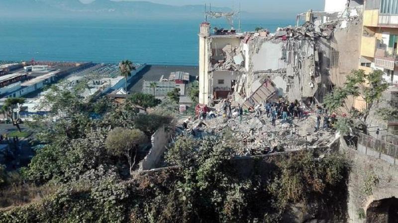 Torre annunziata crolla palazzina di 4 piani 2 famiglie for Piani di casa torre allerta