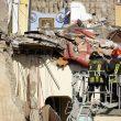 """Torre Annunziata: crolla palazzina di 2 piani, 2 bimbi e 5 adulti sotto macerie: """"Era appena passato il treno""""05"""