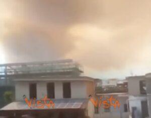Vesuvio brucia cenere e fumo copre citt ai piedi del for 300 case piedi quadrati