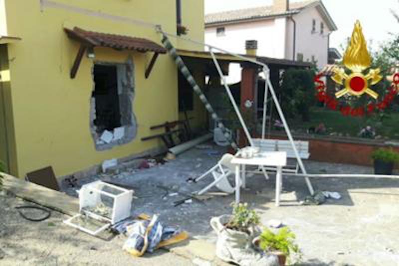 Anguillara (Roma), esplode villetta: feriti 3 donne e un anziano