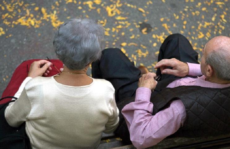 Pensioni se non scatta l'adeguamento alla speranza di vita rischio assegni più bassi