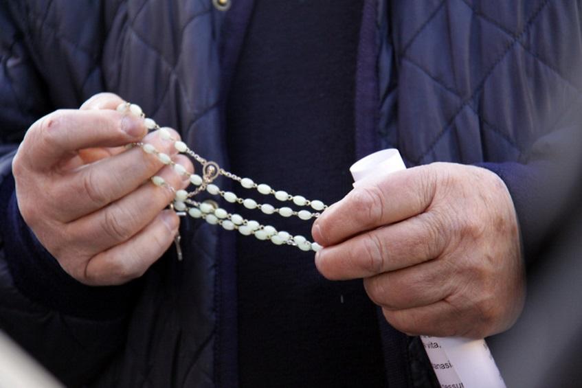 Marito risarcito di 15mila euro: la moglie l'aveva tradito col prete