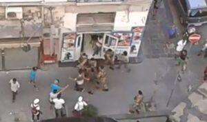 Soldati circondati dagli immigrati per impedire un fermo: urla, spintoni e paura a Napoli
