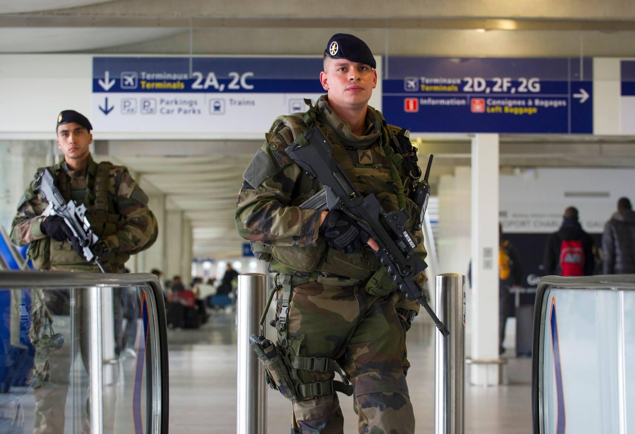 Parigi, aggredito militare in metrò. L'assalitore grida frasi su Allah
