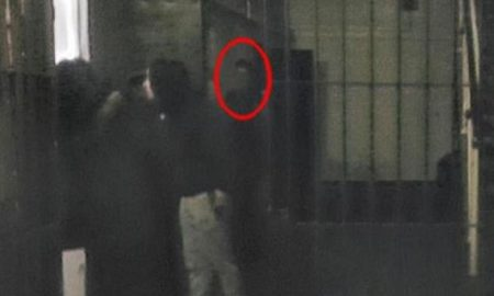 "Fantasma ""intruso"" nella foto: lo scatto inquietante"