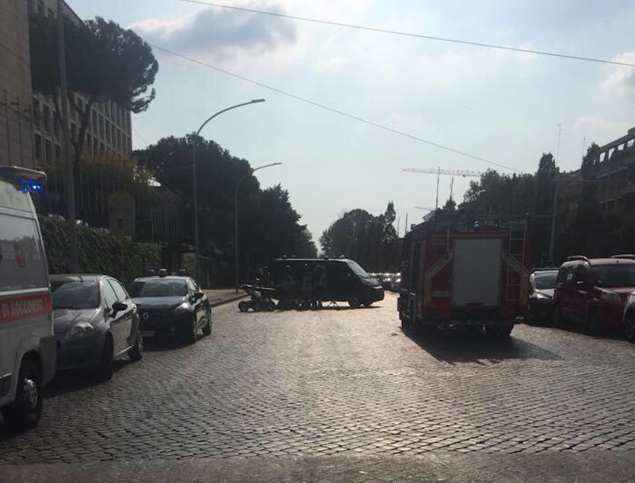 Auto sospetta davanti la Fao: viale Aventino chiuso, artificieri sul posto