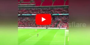YOUTUBE aeroplanino di carta in gol, ovazione a Wembley