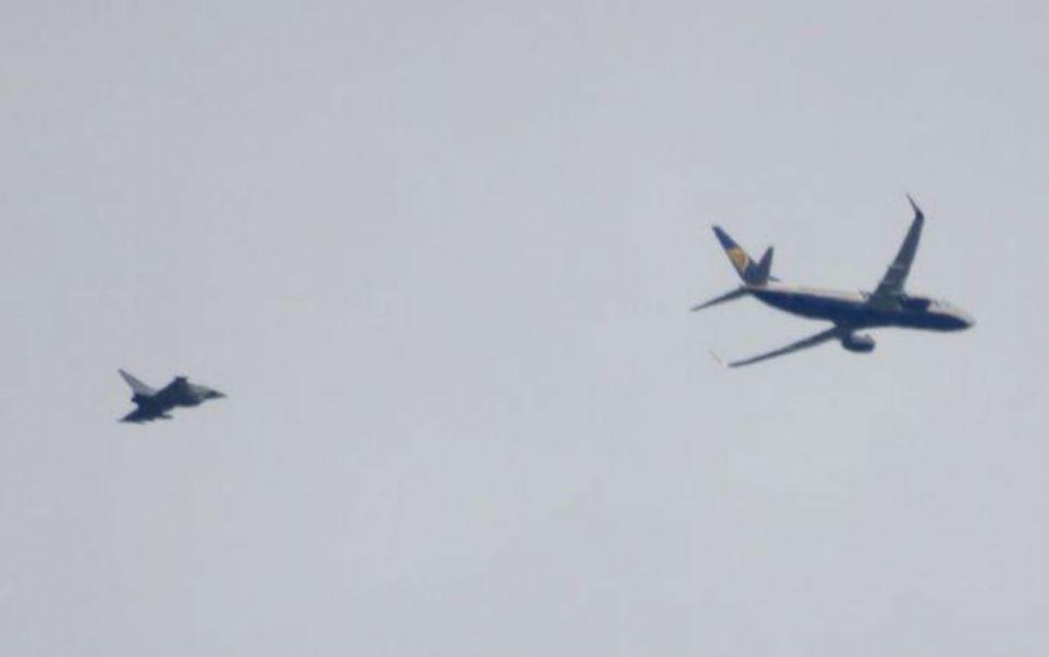 Allarme bomba, volo Ryanair scortato a terra dai jet britannici