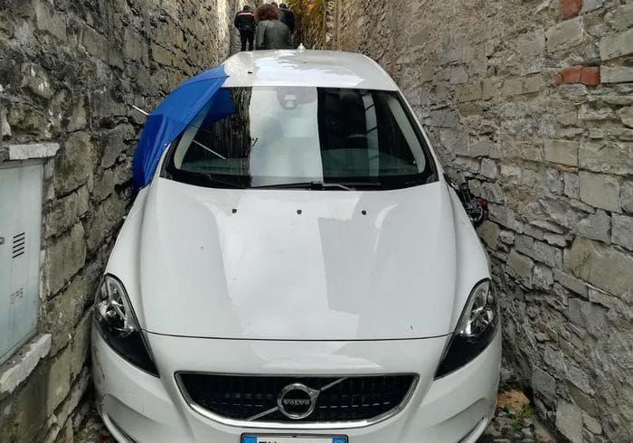 Carate Urio, turista tradito dal navigatore: rimane incastrato conl'auto nel vicolo
