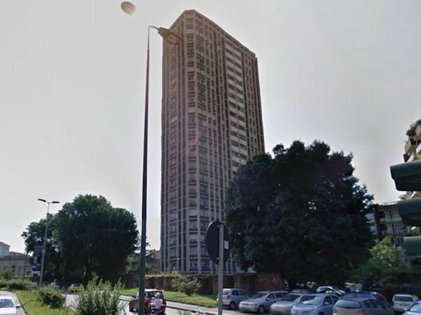 Milano si lancia dal 21esimo piano atterra su telo dei for Piani di cabina della torre di fuoco
