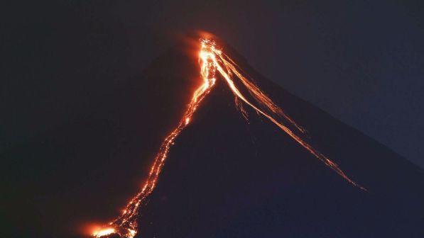 Vulcano erutta e provoca una valanga