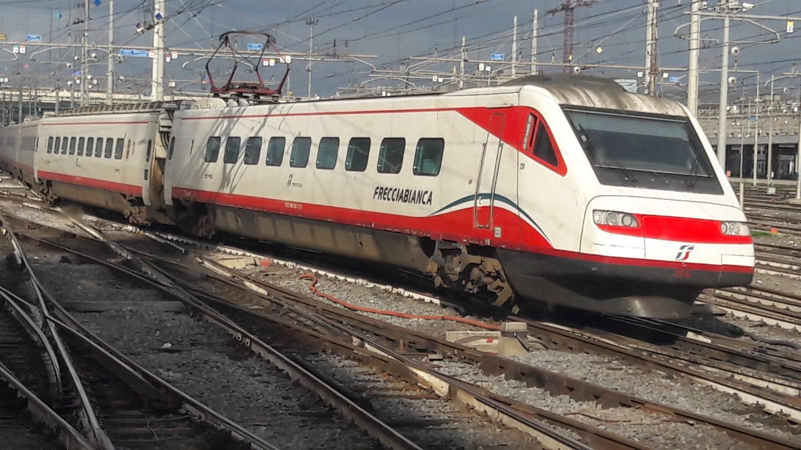 Roma, treno in manovra esce dai binari a Termini