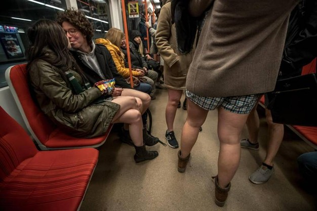 no-pants-seduti-metro