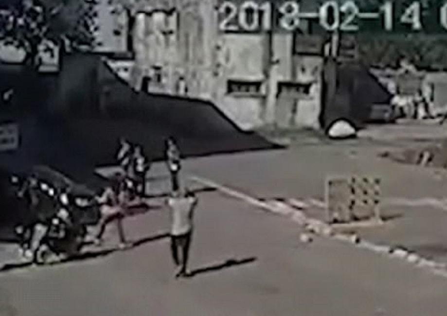 Donna sbaglia pedali e sfonda cabina durante test di guida for Come ridurre il rumore nella cabina dell auto