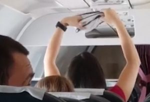YOUTUBE Passeggera in aereo asciuga mutande sotto i bocchettoni dell ...