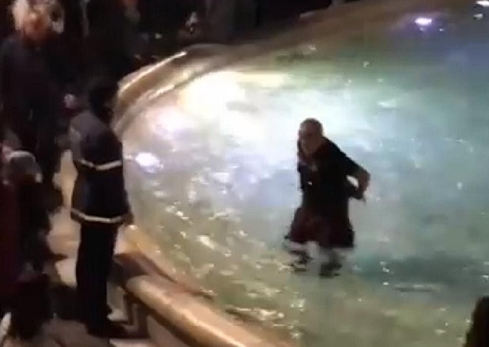 Tifosi scozzesi fanno il bagno nella fontana di trevi i vigili intervengono e - Bagno fontana di trevi ...