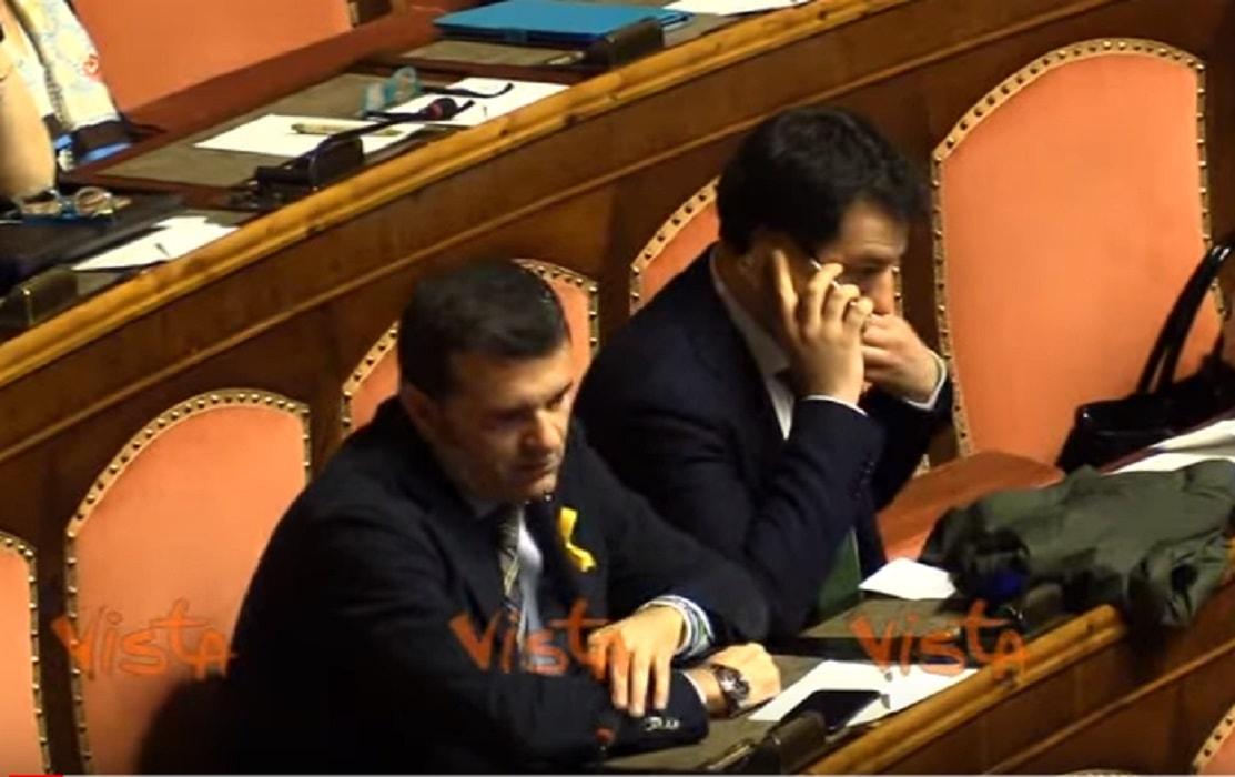 Matteo salvini al telefono in aula al senato poi il voto for Leggi approvate oggi al senato