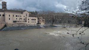 Il fiume Tevere in piena