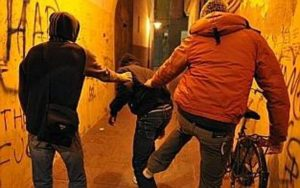 Roma, ragazzo accerchiato e picchiato ai Parioli: bullo arrestato