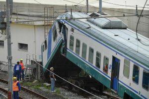 Genova, treno regionale in manovra si schianta contro muretto binario tronco
