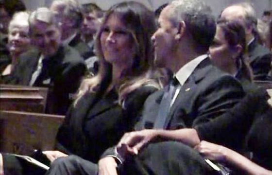 Melania Trump ride con Barack Obama